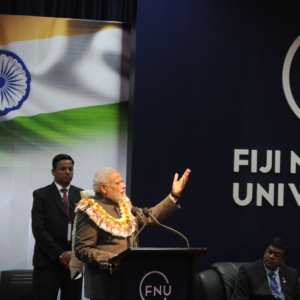 फिजी का राष्ट्रीय विश्वविद्यालय में फिजी के सामाजिक कार्यकर्ता लोगन से बतियावत भारत के प्रधानमंत्री नरेन्द्र मोदी.