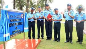 पश्चिम बंगाल के कचरापाड़ा में वायु सेना चयन बोर्ड के उद्घाटन का मौका पर वायु सेना प्रमुख एयर चीफ मार्शल अरूप राहा का संगे बड़का अधिकारी (13 दिसंबर, 2014)