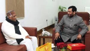 मध्य प्रदेश के गृहमंत्री बाबू लाल गौड़ केन्द्र के खाद्य आपूर्ति मंत्री राम विलास पासवान से सोमार का दिने भेंट कइलन.