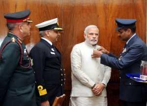 सशस्त्र सेना झंडा दिवस के मौका पर केन्द्रीय सैनिक बोर्ड के अधिकारी 4 दिसंबर, 2014 का दिने  नई दिल्ली में प्रधानमंत्री नरेन्द्र मोदी के कोट पर झंडा लगवले.