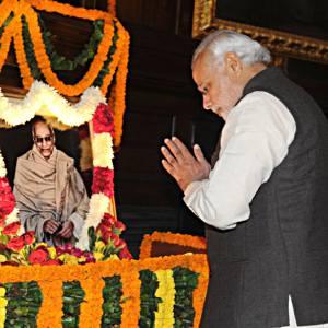 सी. राजगोपालाचारी के जयंती पर 10 दिसंबर, 2014 का दिने संसद भवन में उनुका के श्रद्धांजलि दिहलन प्रधानमंत्री नरेंद्र मोदी.