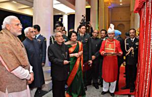 12 दिसंबर का दिने राष्ट्रपति भवन में समारोह कक्ष के उद्घाटन का मौका पर राष्ट्रपति प्रणव मुखर्जी, उपराष्ट्रपति  मो॰ हामिद अंसारी आ प्रधानमंत्री नरेन्द्र मोदी.