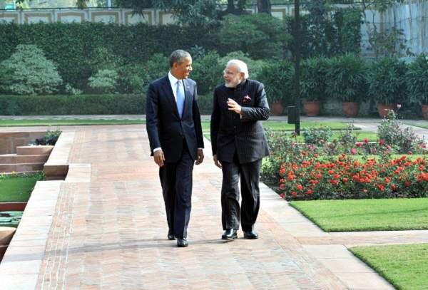 हैदराबाद हाउस के लाॅन पर टहलत दुनू 'दोस्त' बराक ओबामा आ नरेन्द्र मोदी.