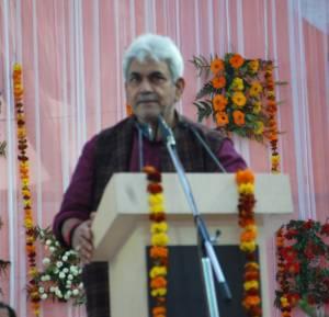 हरियाणा के रेवाड़ी में देश के पहिलका सीएनजी चालित रेलगाड़ी चालू होखे का मौका पर भाषण देत गाजीपुर के सांसद आ रेल राज्यमंत्री मनोज सिन्हा.