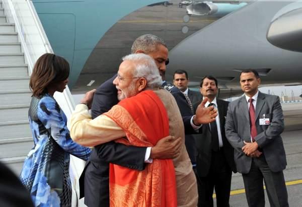 परंपरा तूड़त हवाई अड्डा चहुँप के अमरीकी राष्ट्रपति के स्वागत कइलन भारत के पीएम मोदी.