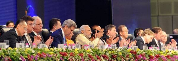 NaMo-with-dignitaries-GlobalGujaratSummit-15