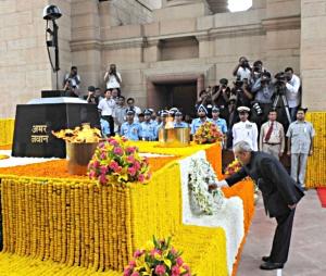 28 अगस्त, 2015 का दिने नई दिल्ली में साल 1965 के भारत-पाक युद्ध में भारत विजय के स्वर्ण-जयंती का मौका पर राष्ट्रपति प्रणब मुखर्जी अमर जवान ज्योति, इंडिया गेट पर माल्यार्पण कइले.